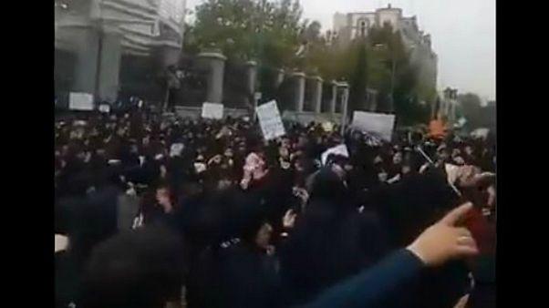 تصویب الحاق ایران به «سی اف تی»؛ تجمع مخالفان در برابر مجلس
