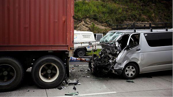 تصادف دو خودرو در نیویورک آمریکا ۲۰ کشته برجای گذاشت