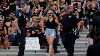 La policía detiene a una mujer en las protestas contra Kavanaugh