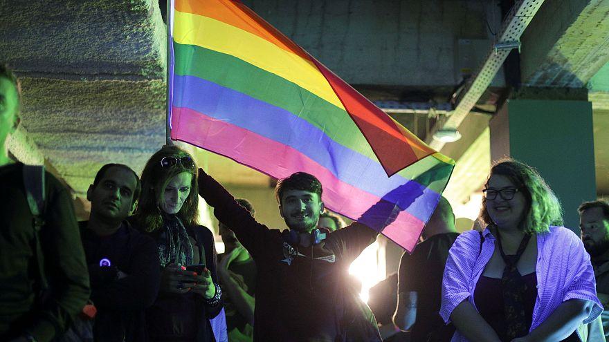 الناخبون يقاطعون استفتاءً لترسيخ حظر زواج المثليين في رومانيا