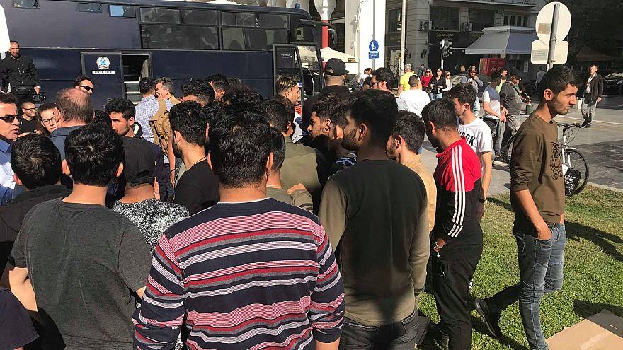 مهاجرين يتجمعون في ساحة أرسطو بمدينة تسالونيكي
