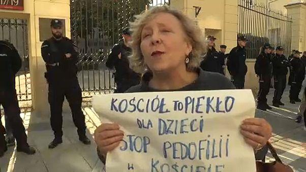 Διαδήλωση για τα σεξουαλικά εγκλήματα κατά παιδιών από Πολωνούς ιερείς