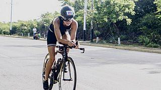 Radfahren nur mit Bodyguards: Zoe (22) trainiert für den härtesten Triathlon der Welt