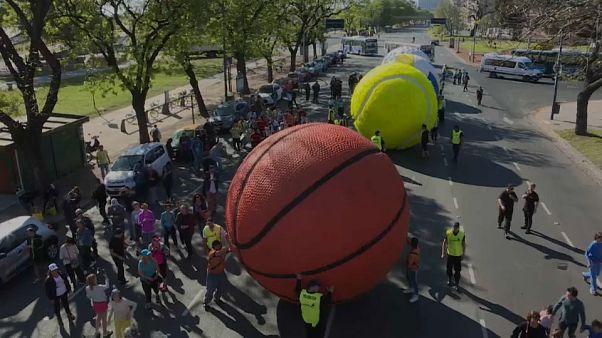 Bolas gigantes marcam abertura dos Jogos Olímpicos da Juventude