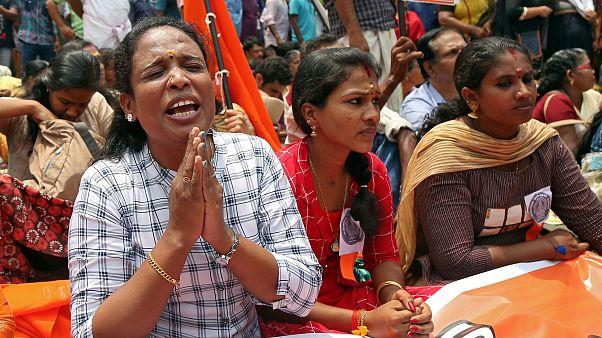 Hindistan'da cinsel istismarı protesto eden kızlara sopalı saldırı