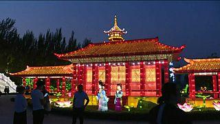 شاهد: معرض للأضواء في الصين وآخر للحلويات في لندن وللناس فيما يعشقون..