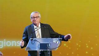 Juncker imite le pas de danse de Theresa May
