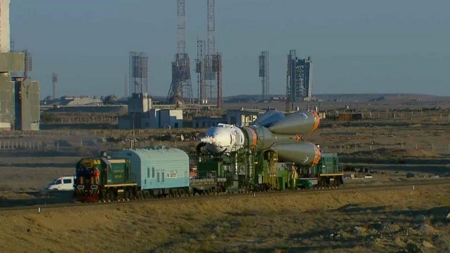 شاهد: صاروخ سويوز الفضائي يتدحرج في كازاخستان
