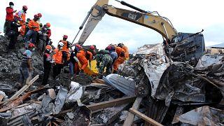شاهد: عمليات انتشال ضحايا زلزال إندونسيا من تحت أنقاض المباني المدمرة