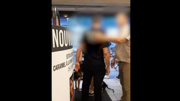 Fransa'da görme engelli bir kişi rehber köpeğiyle alışveriş yaptığı marketten atıldı
