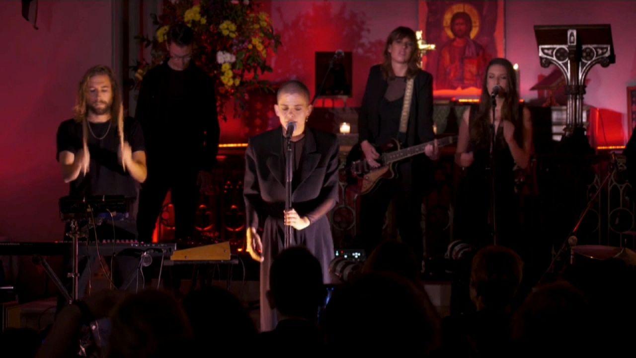 Templomi koncertet adott Athénban az új Amy Winehouse-nak tartott Sharon Kovacs