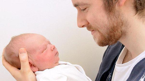 """وظيفة الآباء لا تقتصر على """"حضانة"""" أطفالهم؛ إنهم آباء قبل كل شيء"""