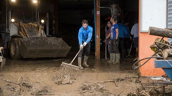 شاهد: لاعب التنس نادال يشارك بتنظيف شوارع مايوركا بعد الفيضان