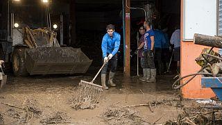 رافائل نادال در حال امدادرسانی به سیل زدگان مایورکا
