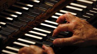 Zongorázással válthatja ki a börtönt egy sikkasztó volt kutató