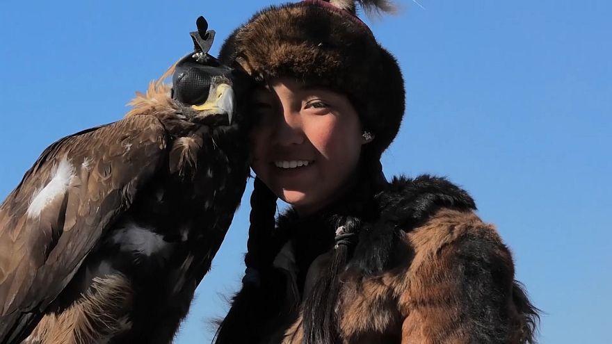 Video: Kazakların kartallarla avlanma geleneği Moğolistan'daki festivalde yaşatılıyor