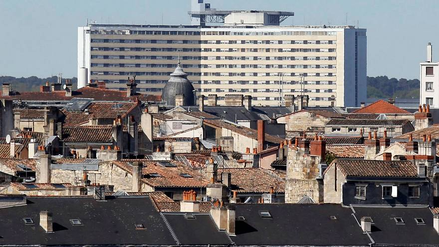 Le centre hospitalier universitaire de Bordeaux en arrière-plan