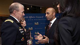 سفير الإمارات لدى واشنطن يوسف العتيبة (يمين)