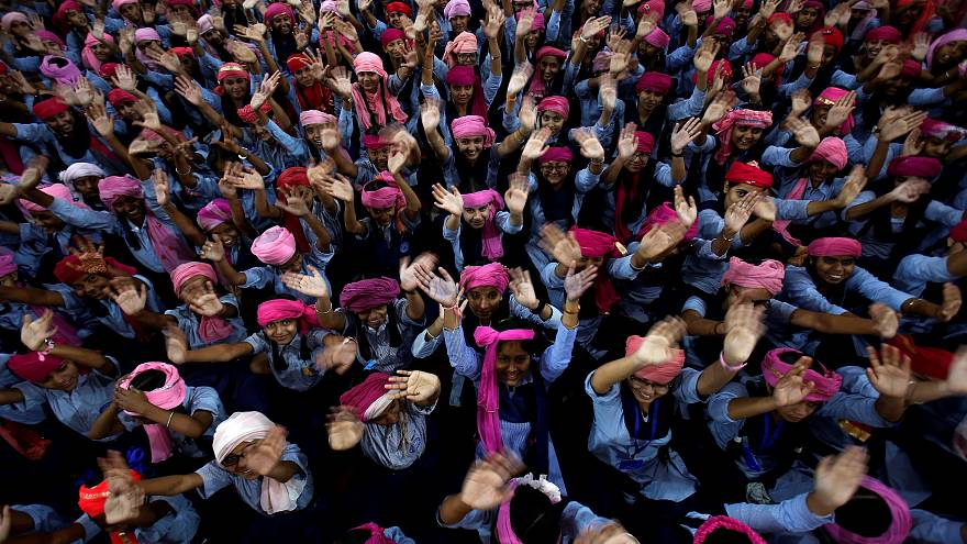 مجموعة من الطالبات يحتفلن باليوم العالمي للفتاة