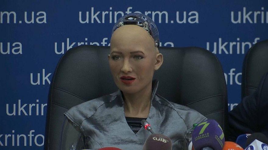 شاهد: الروبوت صوفيا تعقد مؤتمراً صحفياً في أوكرانيا وتلتقي رئيس الوزراء