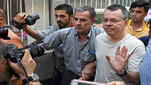 شاهد: القس الأمريكي برونسون يغادر تركيا إلى ألمانيا ثم أمريكا