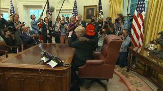 شاهد: مغني الراب كاني ويست يحضن ترامب في المكتب البيضاوي