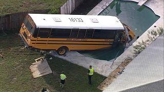 شاهد: حافلة مدرسية في فلوريدا تستحم في بركة سباحة منزلية