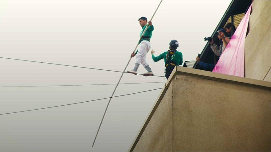 شاهد: مغامر مغربي يبهر سكان سانتياغو بمشيه على حبل معلق بين ناطحتي سحاب