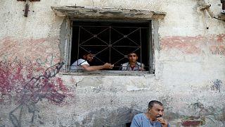 فلسطينيون في منزلهم في مخيم بمدينة غزة يوم 3 سبتمبر ايلول 2018
