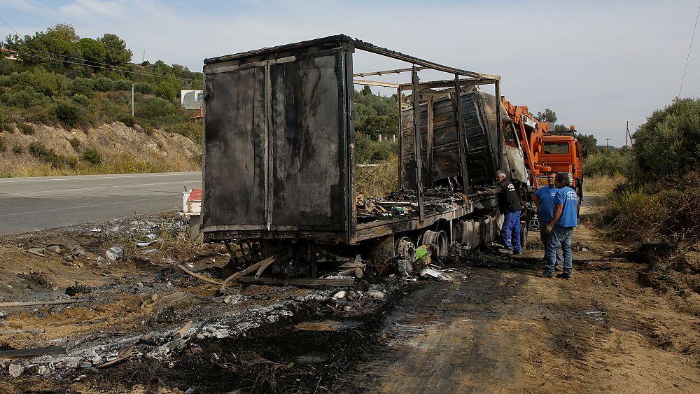 В Греции сгорел микроавтобус с мигрантами