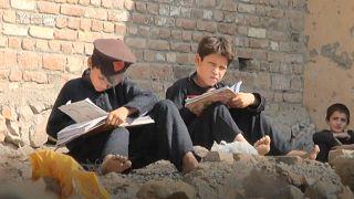 في باكستان.. قاعات دراسية بلا أسقف ولا مقاعد