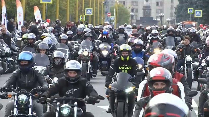 شاهد: 2000 دراج يستعرضون في موسكو والشرطة الروسية تشاركهم بحركات جريئة