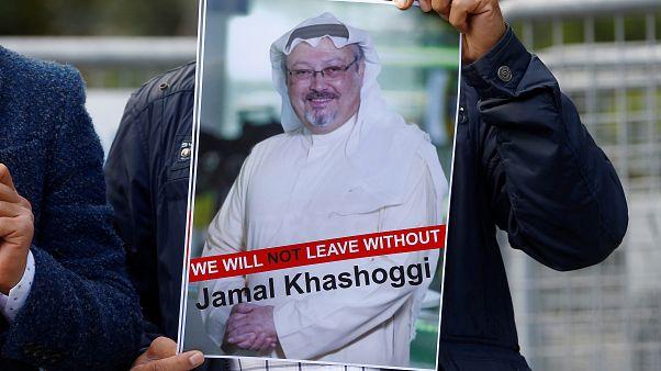 متظاهر يرفع صورة لخاشقجي أمام القنصلية السعودية في اسطنبول 5 -10-2018