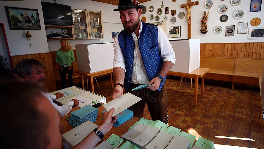 Schlangen vor den Wahllokalen in Bayern: 7,5 % mehr Beteiligung in München - LIVE UPDATE