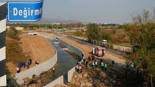 İzmir'de göçmenleri taşıyan kamyon devrildi, çok sayıda ölü var