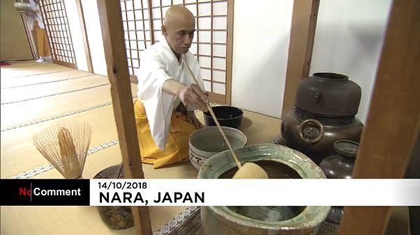 Japanische Teezeremonie mit riesigen Schalen