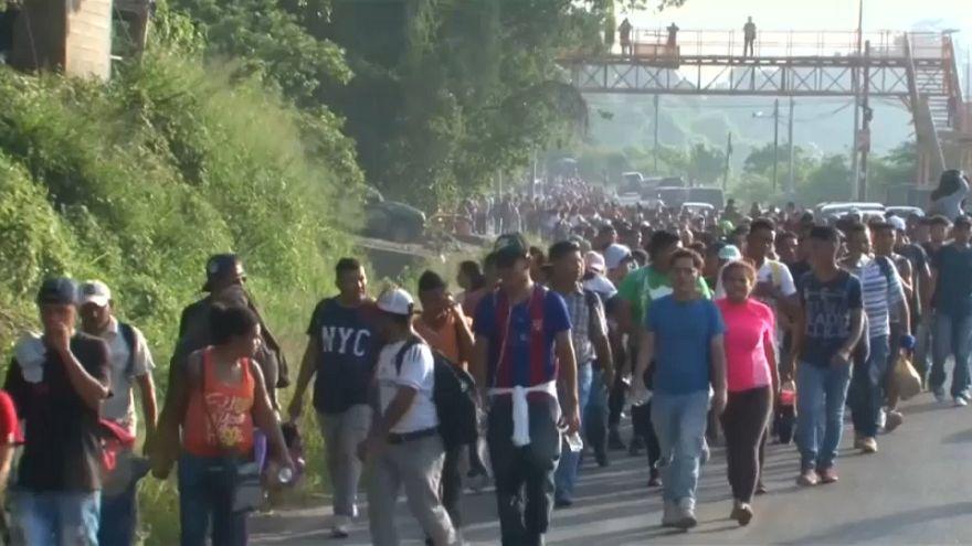 Miles de hondureños marchan a pie hacia Estados Unidos