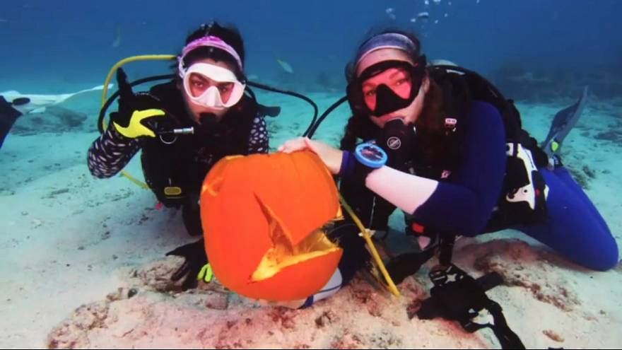 Cadılar Bayramı için su altında bal kabağı kestiler