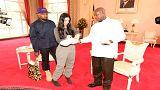 كاني وست وكيم كارداشيان يهديان رئيس أوغندا زوجا من الأحذية الرياضية
