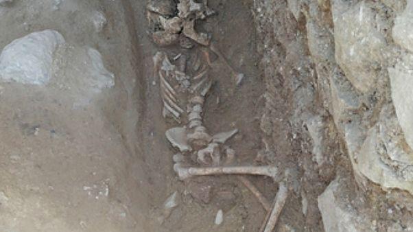 """La tumba del """"niño vampiro"""" revela un """"espeluznante"""" rito funerario de la Antigua Roma"""