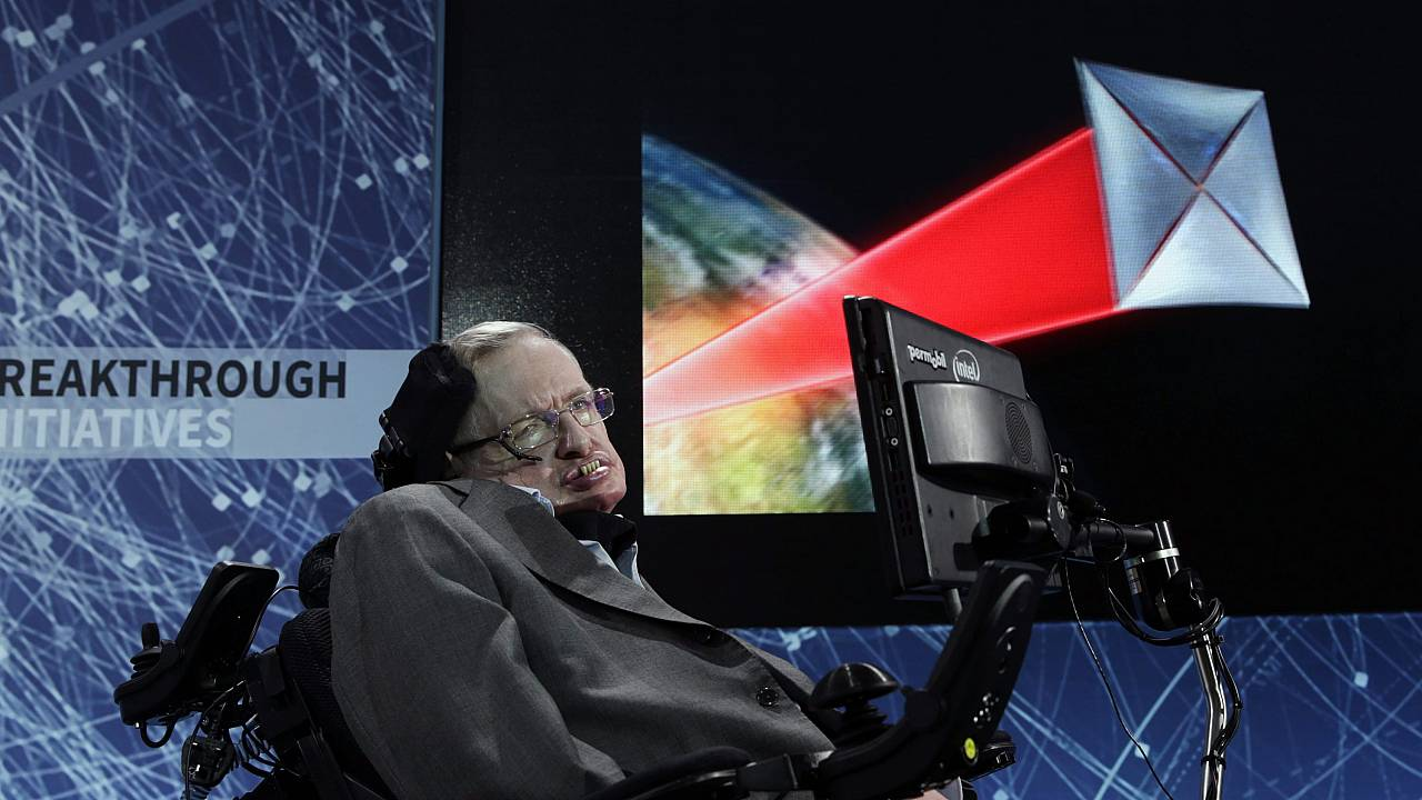 Stephen Hawking a New York-i One World Trade Centerben 2016. április 12-én