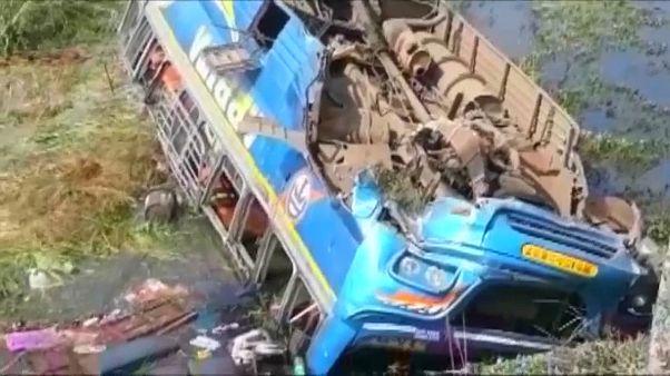 مقتل ستة وإصابة عشرين في انقلاب حافلة شرق الهند وسقوطها في قناة مائية