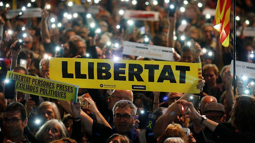 A politikai foglyok szabadon engedéséért tüntettek Barcelonában