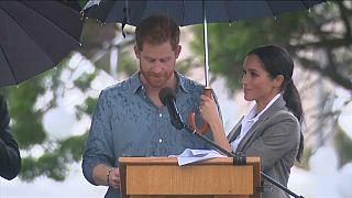 شاهد: دوقة ساسكس الحامل تحمل المظلة لزوجها هاري في بلدة أسترالية