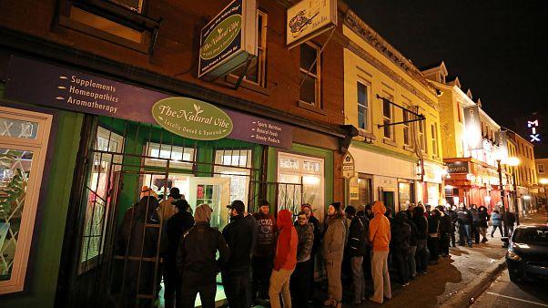 Filas de personas se acercan a los comercios canadienses para comprar cannabis