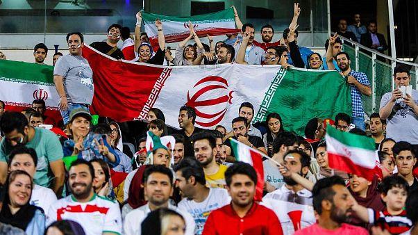 İranlı kadınlar stadyum ekranlarda futbol maçı izlerken Haziran 2018
