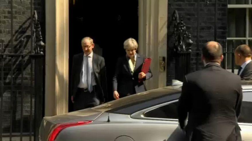 Dimiten dos ministros clave de Theresa May