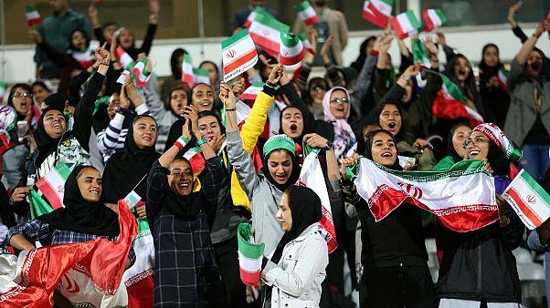 السماح لعشرات الإيرانيات بمشاهدة مباراة كرة قدم في أحد ملاعب طهران