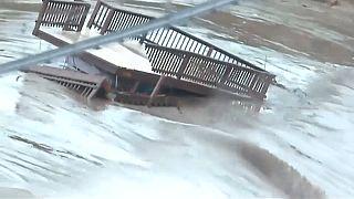 Teksas'ta su taşkınları yüzünden nehir kenarlarındaki evlerde yaşayanların tahliyesi sürüyor