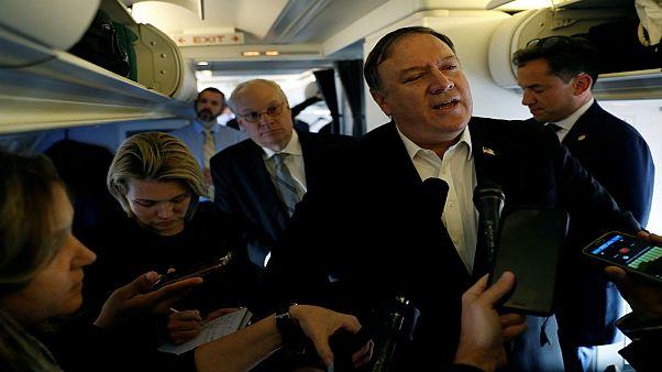 بومبيو يتحدث على متن طائرة أقلته من تركيا يوم الاربعاء